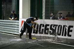 Уборка после аварии Адриана Сутиля, Force India F1 Team