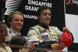 Podio: ganador de la carrera Fernando Alonso, segundo lugar de Nico Rosberg