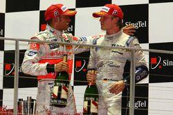 Podio: segundo lugar de Nico Rosberg y Lewis Hamilton el tercer lugar celebran