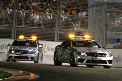 Coche de Seguridad y el coche médico en pista después del accidente de Nelson Piquet A, de Renault