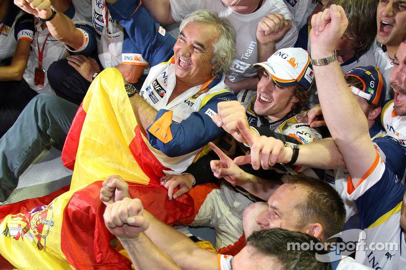 Ganador de la carrera Fernando Alonso celebra con Flavio Briatore y Renault F1 los miembros del equipo