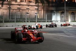 Kimi Raikkonen, Scuderia Ferrari, F2008 devant Adrian Sutil, Force India F1 Team, VJM-01