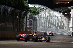 David Coulthard, Red Bull Racing, RB4 devant Lewis Hamilton, McLaren Mercedes, MP4-23