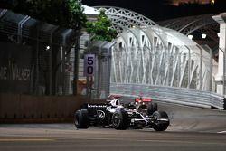 Nico Rosberg, WilliamsF1 Team, FW30 devant Lewis Hamilton, McLaren Mercedes, MP4-23