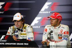 Ganador de la carrera Fernando Alonso, tercer lugar Lewis Hamilton en la conferencia de prensa