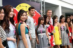 Mark Webber y David Coulthard con una hermosa compañía