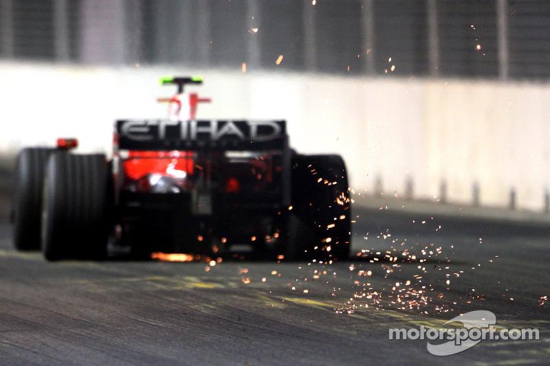 Расстроенного Массу ближе к концу гонки еще и развернуло в 18-м повороте, после чего он зацепил отбойник. Но покидая место ошибки...