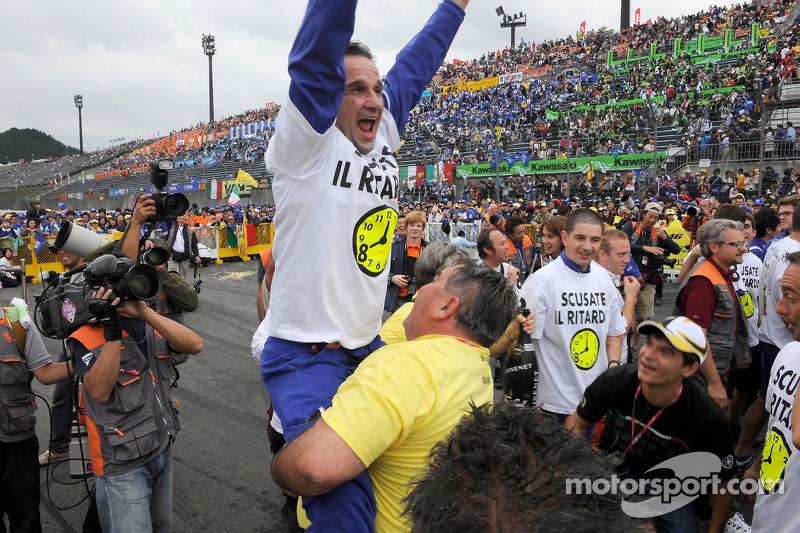 Los miembros del equipo Yamaha celebran victoria de Valentino Rossi y su 8 º Campeonato del mundo