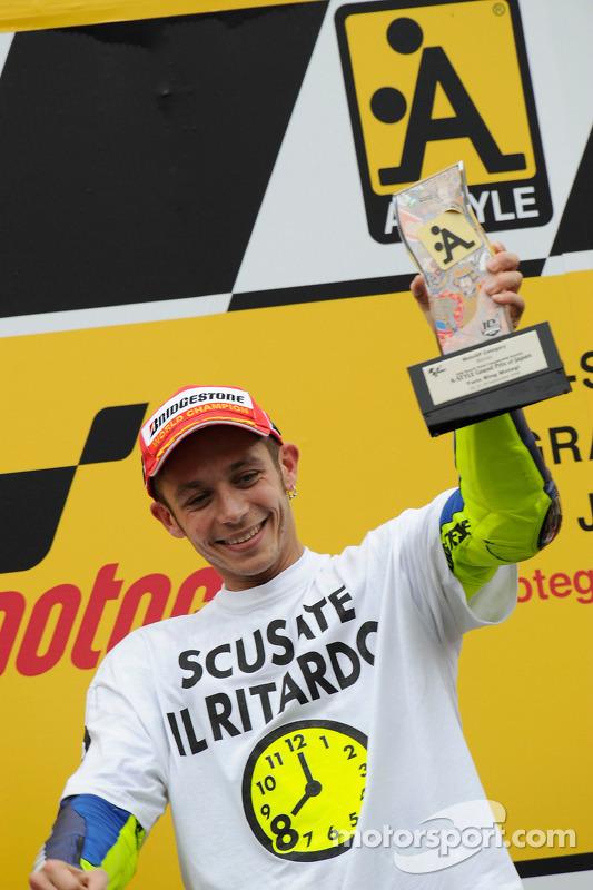 Podio: ganador de la carrera y campeón del mundo 2008 Valentino Rossi celebra