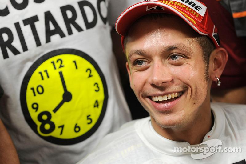 Ganador de la carrera y campeón del mundo 2008 Valentino Rossi celebra