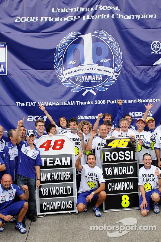 Ganador de la carrera y campeón del mundo 2008 Valentino Rossi celebra con Jorge Lorenzo t el Yamah