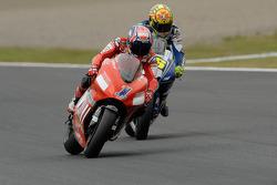 Casey Stoner devant Valentino Rossi