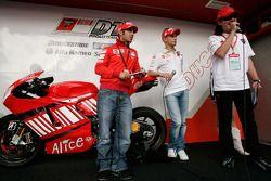Marco Melandri e Casey Stoner allo stand Ducati