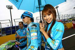 Una encantadora chica Rizla+ Suzuki y Chris Vermeulen