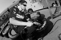 Un membre de l'équipe Motorcraft Ford prépare les pneus