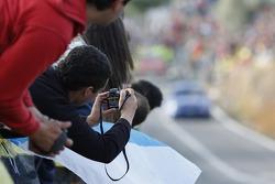 Les fans prennent des photos