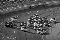 Denny Hamlin, Dale Earnhardt Jr. et Kyle Busch se battent pour la victoire