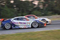 #71 Tafel Racing Ferrari F430 GT: Dominik Farnbacher, Dirk Farnbacher dépasse #46 Flying Lizard Motorsports Porsche GT3 RSR: Johannes van Overbeek, Patrick Pilet