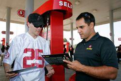 Juan Pablo Montoya signe des autographes à une station de Texaco à Talladega
