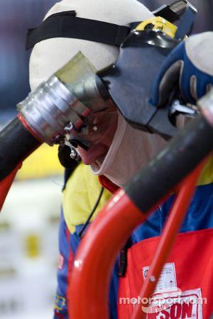Les équipiers de SUNOCO FUEL remplissent les reservoirs à essence