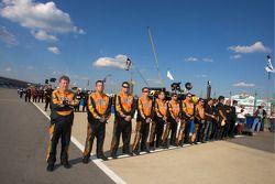 Les membres de l'équipe alignés durant l'hymne national