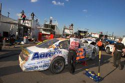 La voiture de Ken Butler de retour au garage après l'accident du tour 11