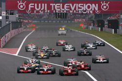 Inicio de la carrera, Lewis Hamilton, de McLaren Mercedes, y Kimi Raikkonen, de Scuderia Ferrari, pe