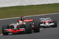 Льюис Хэмилтон, McLaren Mercedes, MP4-23 и Ярно Трулли, Toyota Racing, TF108