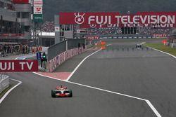 Льюис Хэмилтон, McLaren Mercedes выезжает с пит-лейна после штрафного проезда