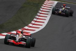 Льюис Хэмилтон, McLaren Mercedes, MP4-23 и Себастьен Бурдэ, Scuderia Toro Rosso, STR03