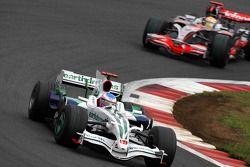 Jenson Button, Honda Racing F1 Team, RA108 devant Lewis Hamilton, McLaren Mercedes, MP4-23