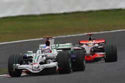 Jenson Button, Honda Racing F1 Team, RA108 et Lewis Hamilton, McLaren Mercedes, MP4-23
