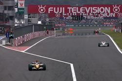 Fernando Alonso, Renault F1 Team sale de boxes justo delante de Robert Kubica, BMW Sauber F1 Team