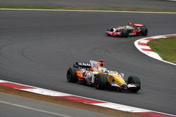 Фернандо Алонсо, Renault F1 Team, R28 едет впереди Льюиса Хэмилтона, McLaren Mercedes, MP4-23