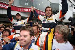 الفائز بالسباق فرناندو ألونسو يحتفل مع نيلسون بيكيه وأعضاء فريق رينو