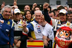 Race winner Fernando Alonso celebrates with Nelson A. Piquet, Flavio Briatore and Renault F1 team me
