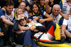 Race winner Fernando Alonso celebrates with Nelson A. Piquet, Flavio Briatore and Renault F1 team members