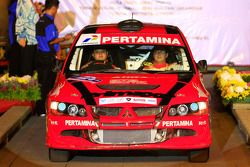 Rizal Sungkar and co-driver Anthony Sarwono, Mitsubishi Lancer Evo 8