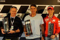 Casey Stoner recibe su versión réplica del trofeo de primera clase en reconocimiento a su campeonato