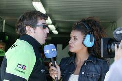 Juan Martínez entrevistado por la televisión de TVE de España