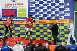 Podium: vainqueur Noriyuki Haga, deuxième plac Fonsi Nieto, troisième place Troy Bayliss