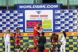 Podium: vainqueur Troy Bayliss, deuxième place Noriyuki Haga, troisième place Troy Corser