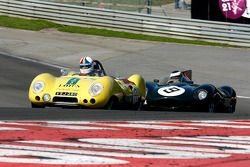 #17 Neil Twyman et Joe Twyman, Lotus 11 S2 ; #9 Benjamin Eastick, Jaguar D-Type