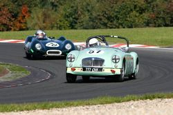 #57 Mark Ellis et Conrad Bos, MG MGA Twin Cam; #70 Les Ely, Lotus 11