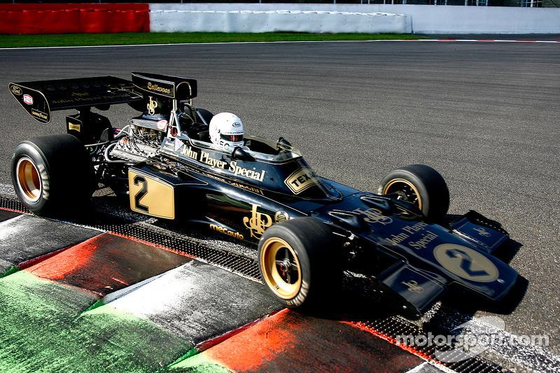 Благодаря решению Чепмена нос машины получилось сделать клиновидным, что было полезно в плане аэродинамики – выигрыш на прямой составил 12 км/ч, – а радиаторы переместились в более безопасное место. Это был поворотный момент в истории Ф1, навсегда изменивший внешний облик машин. Модель 72 оказалась настолько успешной, что в Lotus использовали ее на протяжении шести сезонов
