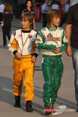 Young racing pilotu s padok