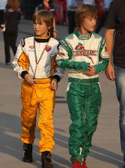 Young racing pilotu s padok