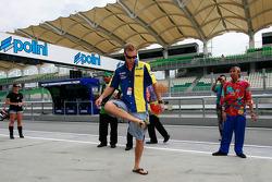 Colin Edwards prueba un juego tradicional de Malasia llamado 'Sepak Takraw'