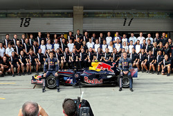 Red Bull Racing photoshoot: Mark Webber and David Coulthard with team management, engineers, mechanics, marketing, communications and catering