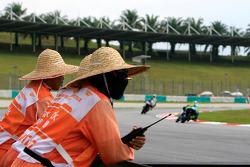 Oficiales de pista ven acción de la práctica